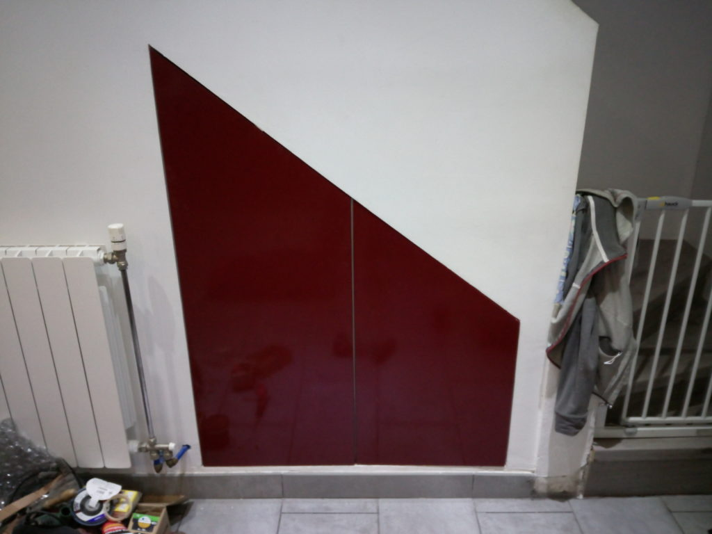 Porte sous escalier.