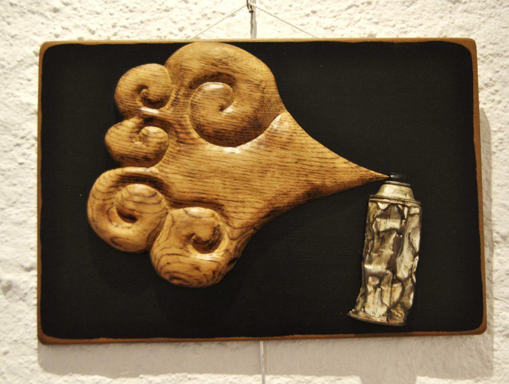 Tableau avec une bombe de peinture et une sculpture